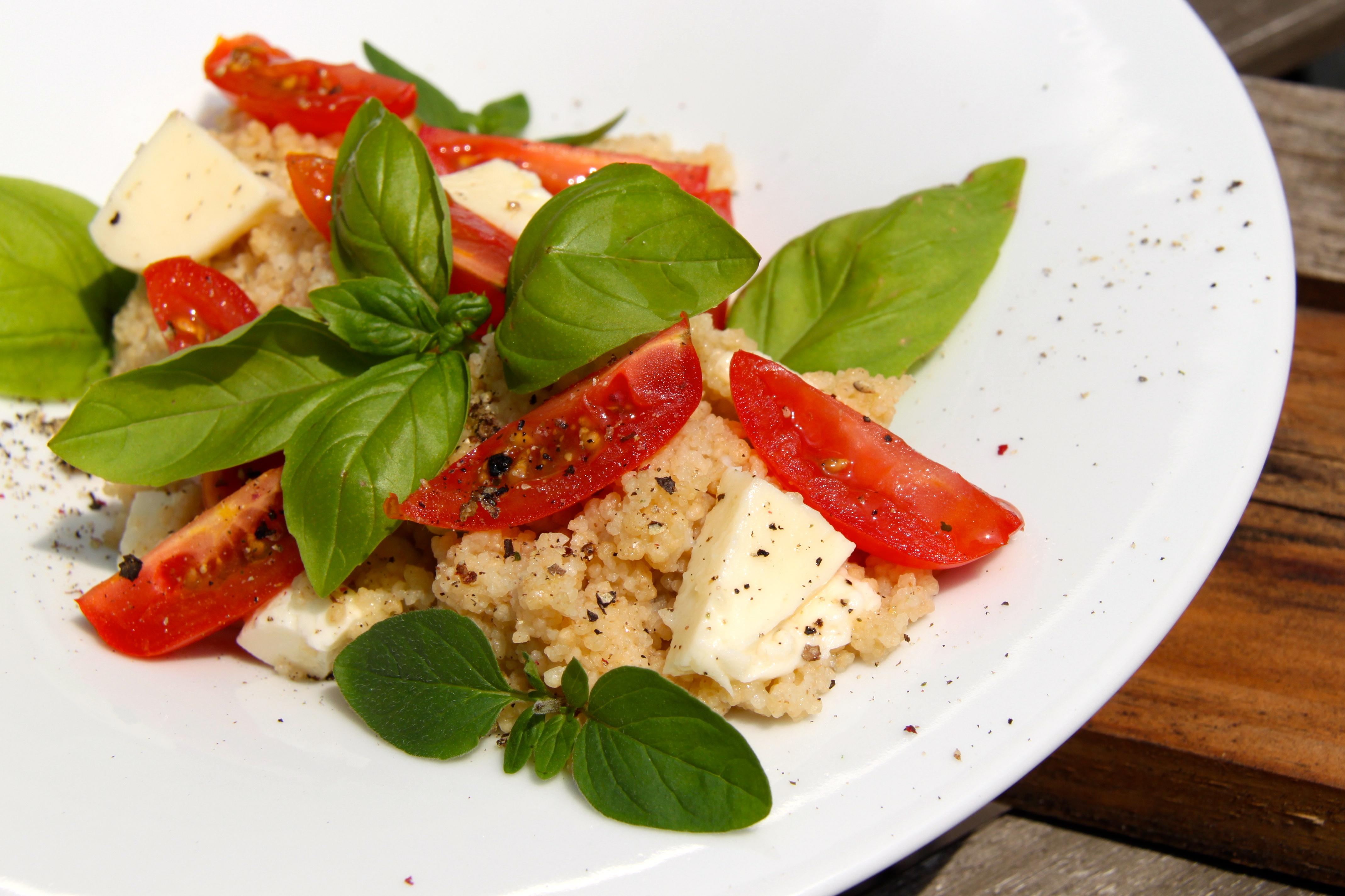 rita bringt 39 s couscous salat mit tomaten und mozzarella. Black Bedroom Furniture Sets. Home Design Ideas