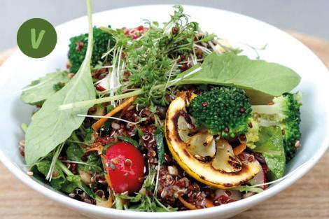 Quinoasalat mit Bohnen, Brokkoli, und getrockneter Marille