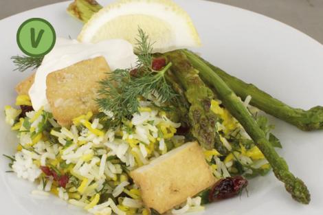 Pilaw mit Grünspargel, Tofu und Zitronen-Joghurtdip